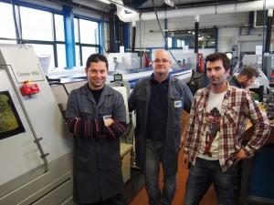 De gauche à droite : Aymin Rezaigui (régleur), Richard Frossard (chef d'atelier tournage), et Marc Girard (responsable production)