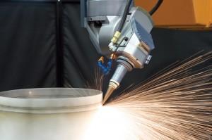 Photo 7 : Perçage à grande vitesse, à la volée de pièces d'un turboréacteur à l'aide du système de programmation de LASERDYNE de conception exclusive avec les fonctions OFC (contrôle de focalisation du faisceau optique), BTD (système de détection de perçage) et CylPerf pour l'usinage à angles faibles et composés.