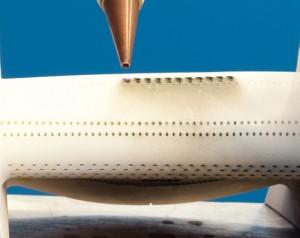 Photos 8 et 9 : La conception et la réalisation des trous de refroidissement sont vitales pour le rendement des moteurs destinés à l'industrie aérospatiale. Les moteurs de nouvelle génération exigent une plus forte densité de trous de refroidissement et la réalisation de trous plus complexes. Ces trous sont de très faible diamètre – entre 0,5 et 0,75 mm - et réalisés à angles aigus par rapport à la surface de la pièce. Les systèmes laser de nouvelle génération sont les seuls capables de réaliser ces profils de trous de façon efficace et à moindre coût.