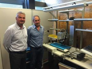 Jean-Renaud Dycke de Laser Cheval (à gauche) et Jacques Damm, Directeur de Charles Pery, à l'intérieur de la cellule de marquage�