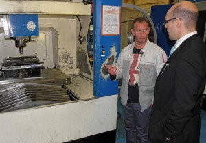 François Girardin de PSA et Denis Diemert d'Hexagon m&h discutent des besoins de mesure sur machine