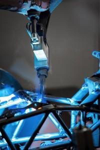98% des soudures d'un cadre de moto WP sont effectuées par des robots. (Source : Fronius)