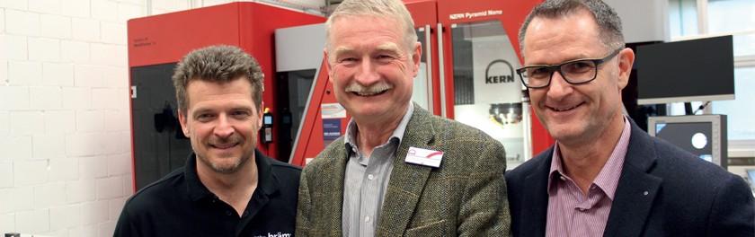 Les gérants de Kern et de la société Gebr. Bräm se réjouissent de la manifestation d'inauguration réussie de la succursale suisse à Dietikon. De gauche à droite : Ekkehard Alschweig, gérant de Kern, Martin Bräm et Raphael Bausch, gérants de Bräm. Kern Microtechnik GmbH