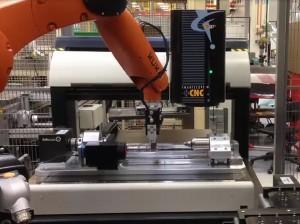 SmartScope CNC500 alimenté par robot en ligne de production