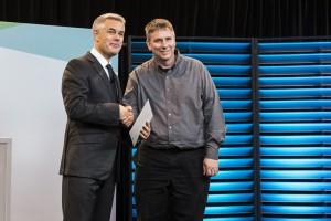 Eric Hogarth recevant le prix de GE Aviation de la part d'Ola Rollén, président et PDG d'Hexagon
